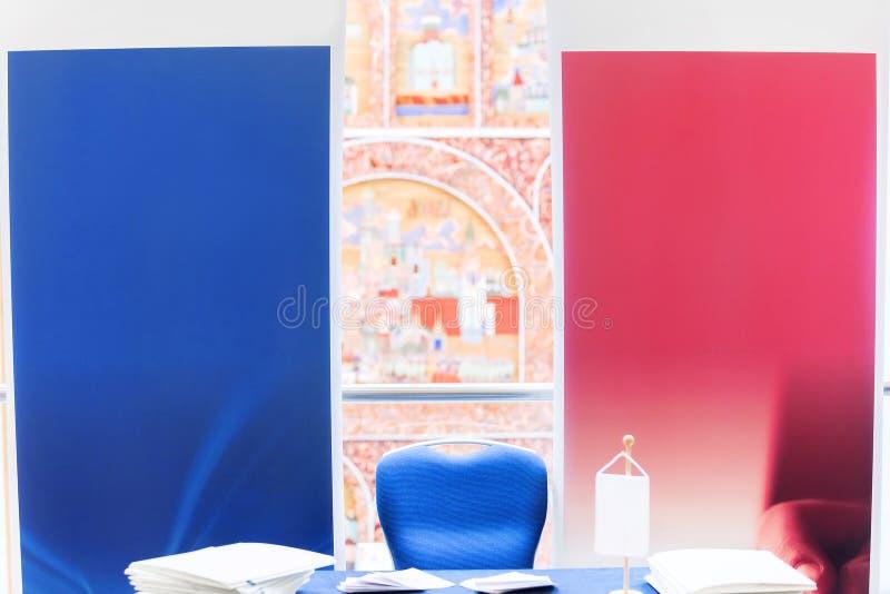 A escolha no meio, vermelho e azul, sairam ou direito foto de stock