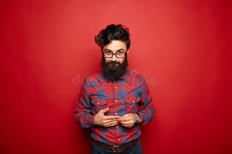 Escolha o homem tímido com a barba longa no vermelho foto de stock royalty free