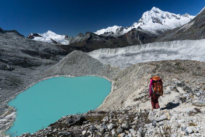 Escolha o montanhista de montanha fêmea por um lago no BLANCA de Cordilheira no Peru imagens de stock