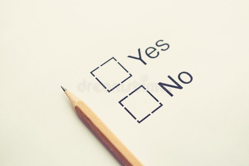 Escolha Sim ou Não - caixa de seleção Papel branco com lápis Tonelada Foco seletivo Conceito da lista de verificação imagem de stock royalty free