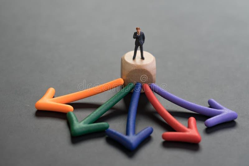 Escolhas da carreira ou da oportunidade para o trabalho, o conceito da decisão empresarial, a posição diminuta do homem do homem  foto de stock royalty free
