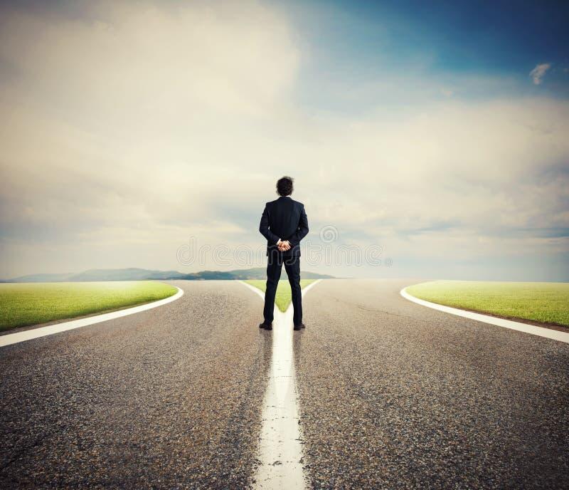 Escolhas de um homem de negócios no estradas transversaas Conceito da decisão imagens de stock
