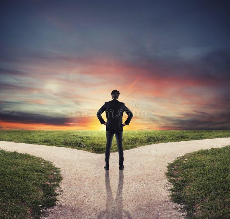 Escolhas de um homem de negócios no estradas transversaas Conceito da decisão imagem de stock royalty free