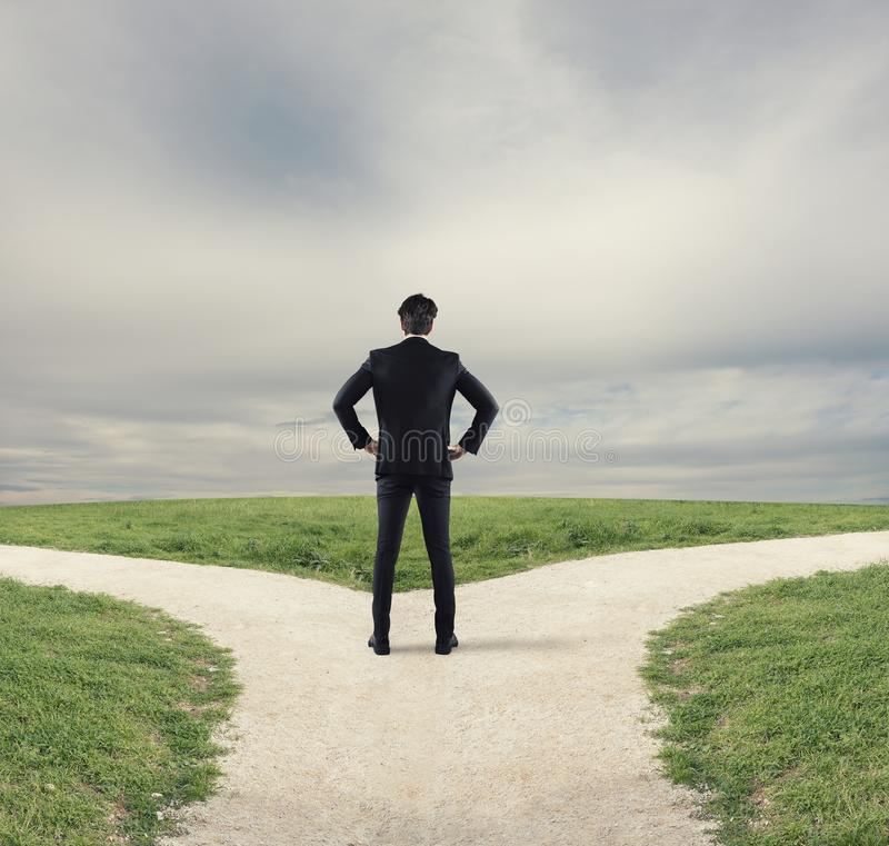 Escolhas de um homem de negócios no estradas transversaas Conceito da decisão fotografia de stock