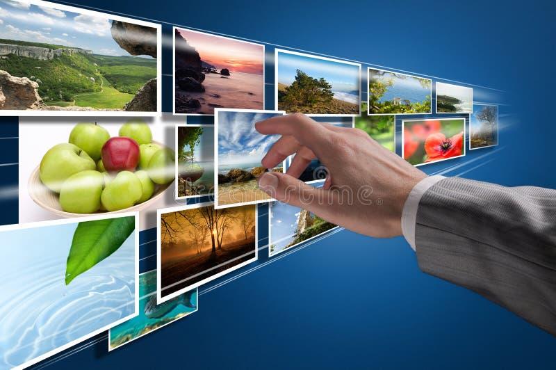 Escolhendo imagens no écran sensível fotos de stock