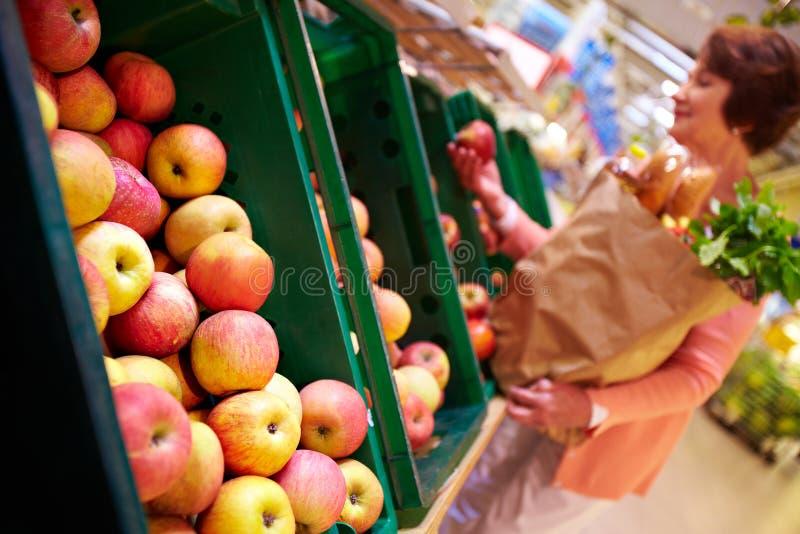 Escolhendo maçãs imagens de stock royalty free