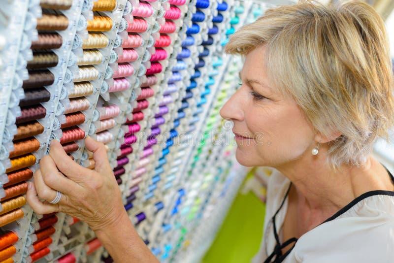 Escolhendo o algodão na loja de miudezas imagens de stock royalty free