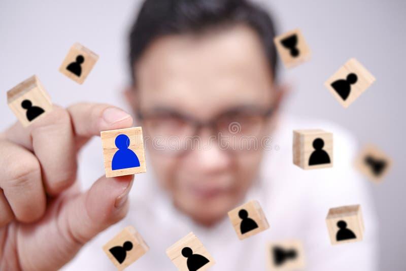 Escolhendo o conceito direito da pessoa fotografia de stock
