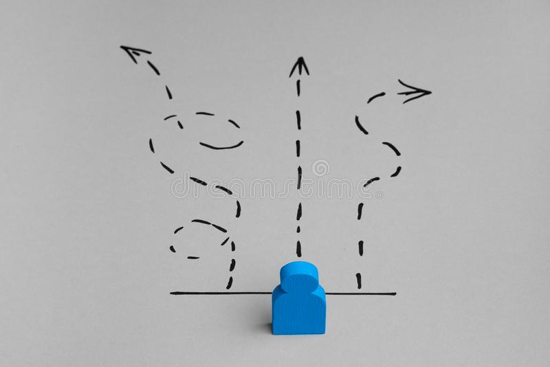 Escolhendo o trajeto ao sucesso Curto e direção certa na estrada imagem de stock