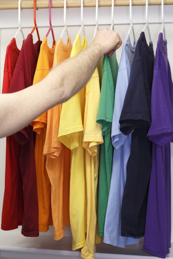 Escolhendo uma camisa imagem de stock