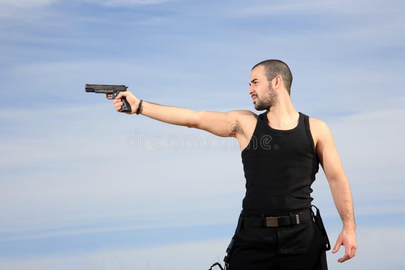 Download Homem com uma arma foto de stock. Imagem de outdoor, mestre - 29832490