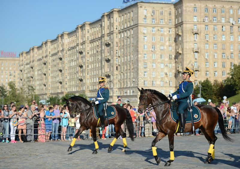 A escolta honorário da cavalaria do regimento presidencial e da escola de equitação do Kremlin no monte de Poklonnaya executa em  fotos de stock royalty free