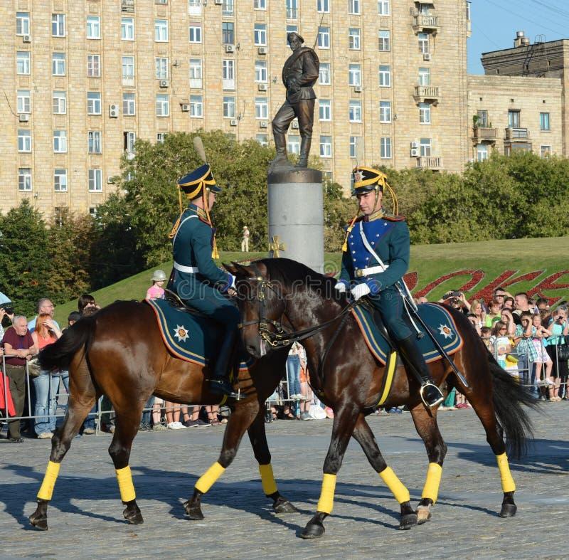 A escolta honorário da cavalaria do regimento presidencial fala na perspectiva do monumento aos heróis do primeiros fotografia de stock
