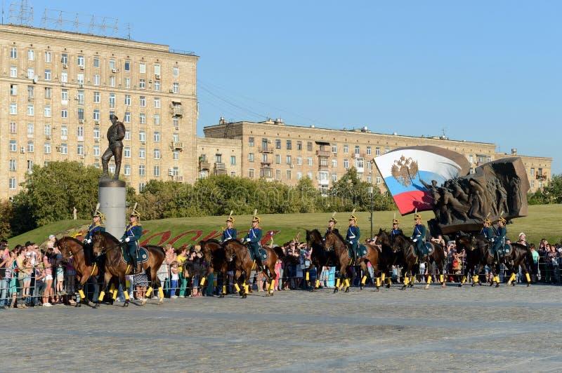 A escolta honorário da cavalaria do regimento presidencial fala na perspectiva do monumento aos heróis do primeiros foto de stock royalty free