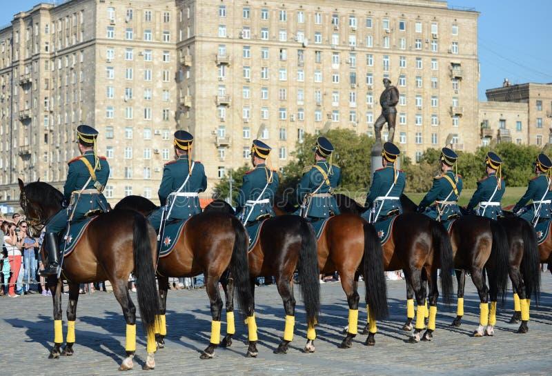 A escolta honorário da cavalaria do regimento presidencial fala na perspectiva do monumento aos heróis do primeiros fotos de stock