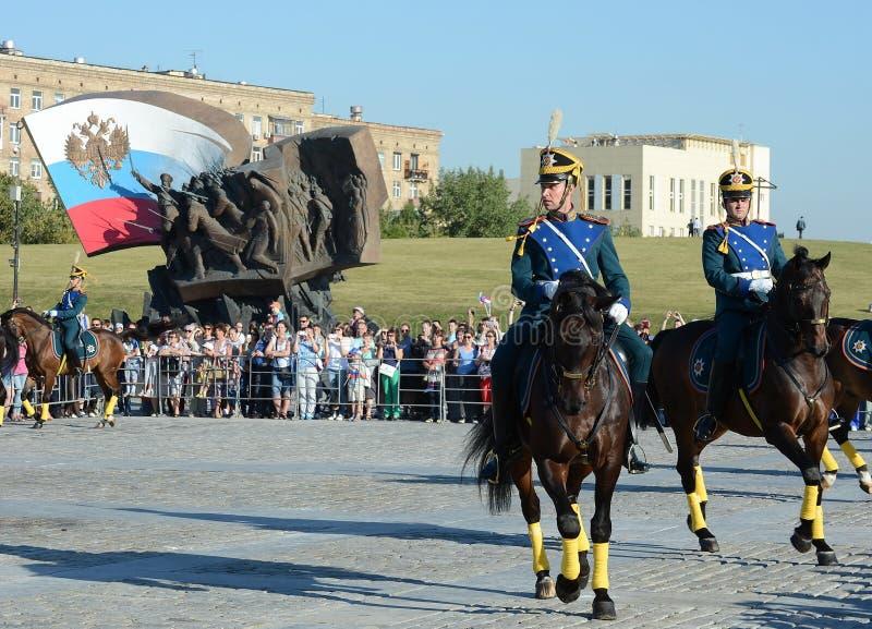 A escolta honorário da cavalaria do regimento presidencial fala na perspectiva do monumento aos heróis do primeiros imagens de stock royalty free