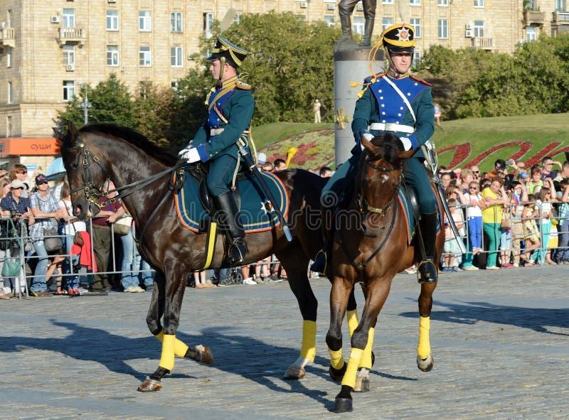 A escolta honorário da cavalaria do regimento presidencial fala na perspectiva do monumento aos heróis do primeiros imagens de stock