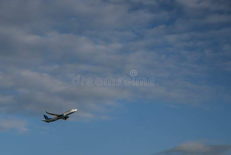 Escolto los aviones a la altitud azul fotos de archivo