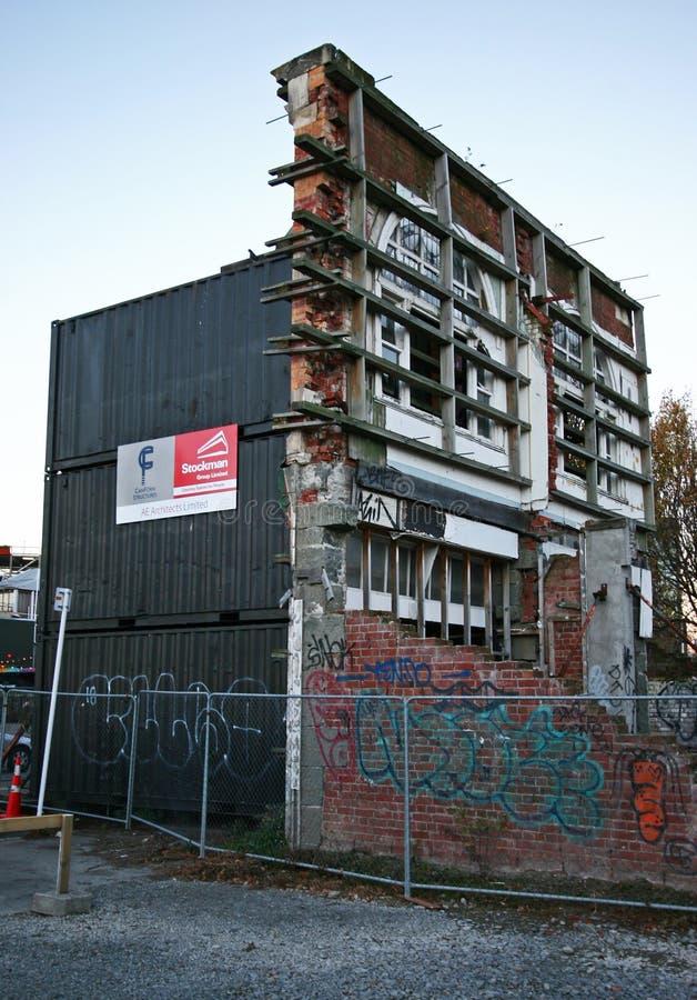 Escombros de la vieja arquitectura histórica parcialmente derrumbada apoyada por apoyar sísmico del marco de acero en Christchurc fotografía de archivo