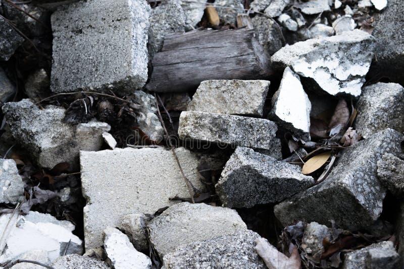 Escombros del hormigón de la demolición y maderas fotos de archivo