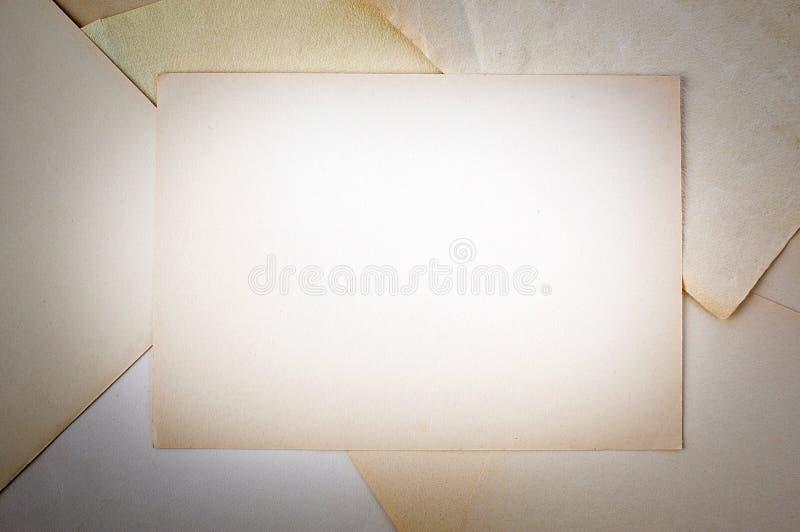 Esconda la hoja de papel amarilleada foto de archivo