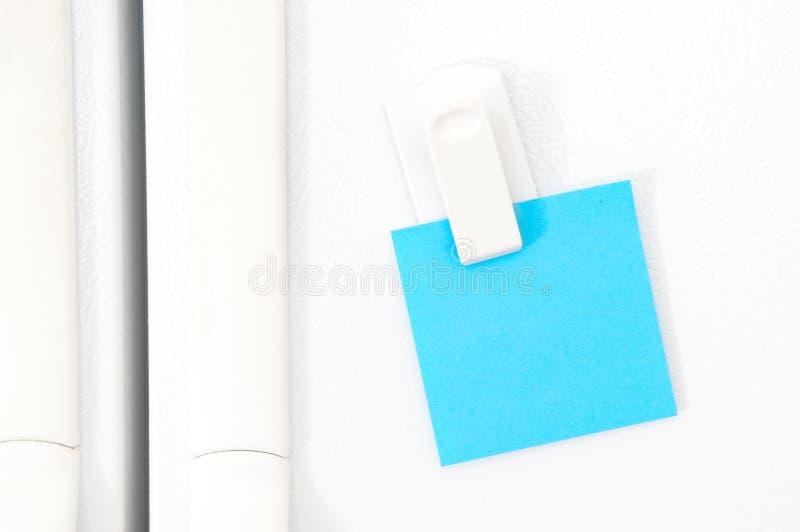 Esconda la nota para el mensaje en el refrigerador imágenes de archivo libres de regalías