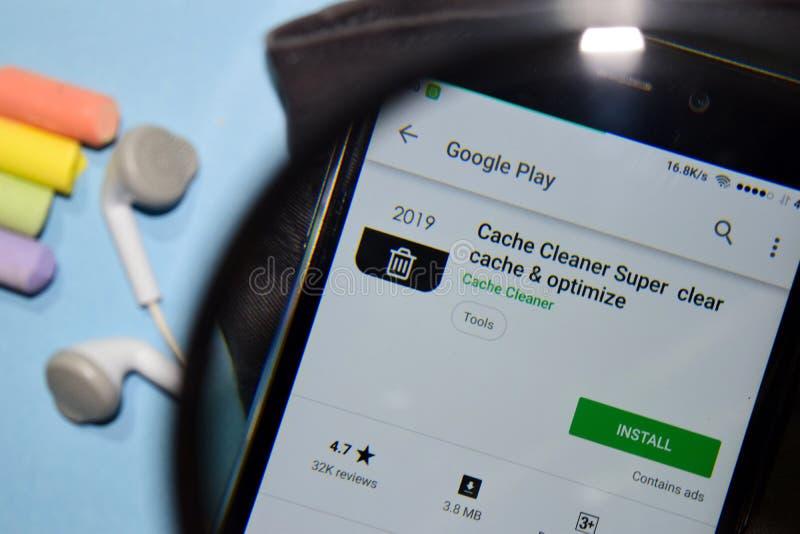 Escondrijo estupendo, claro del limpiador del escondrijo y optimizar el app del revelador con magnificar en la pantalla de Smartp fotos de archivo libres de regalías