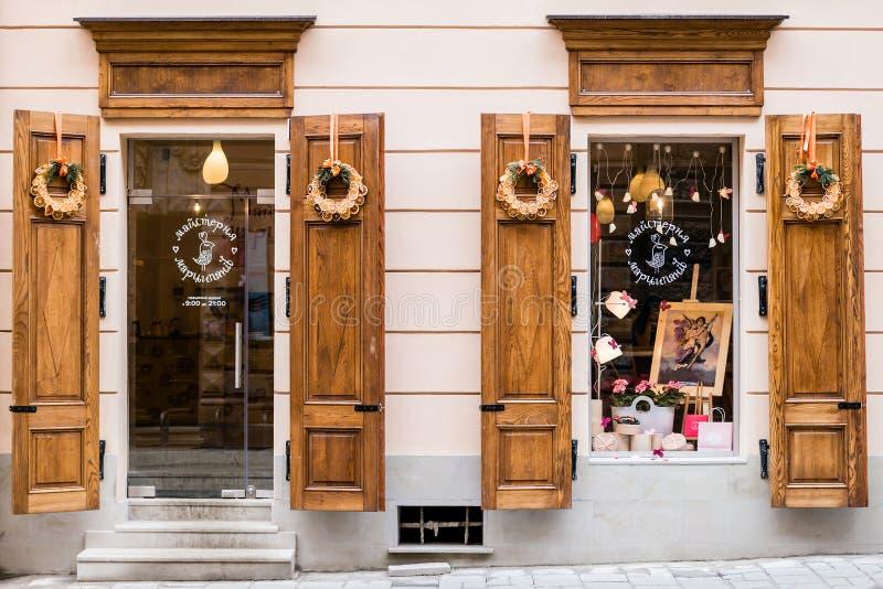 Escondrijo pintoresco, mazapán del taller del café de la calle en la ciudad vieja Lviv foto de archivo