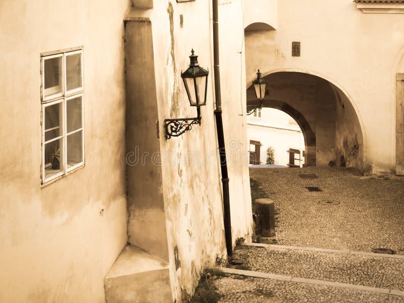 Escondrijos de Lesser Town en Praga Escalera vieja con la lámpara y el túnel de calle Imagen del estilo de la sepia del vintage P fotos de archivo libres de regalías