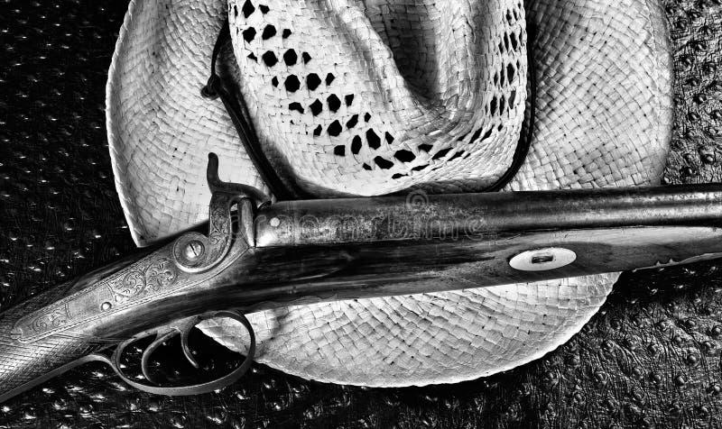 Escopeta antigua y sombrero viejo imagen de archivo libre de regalías