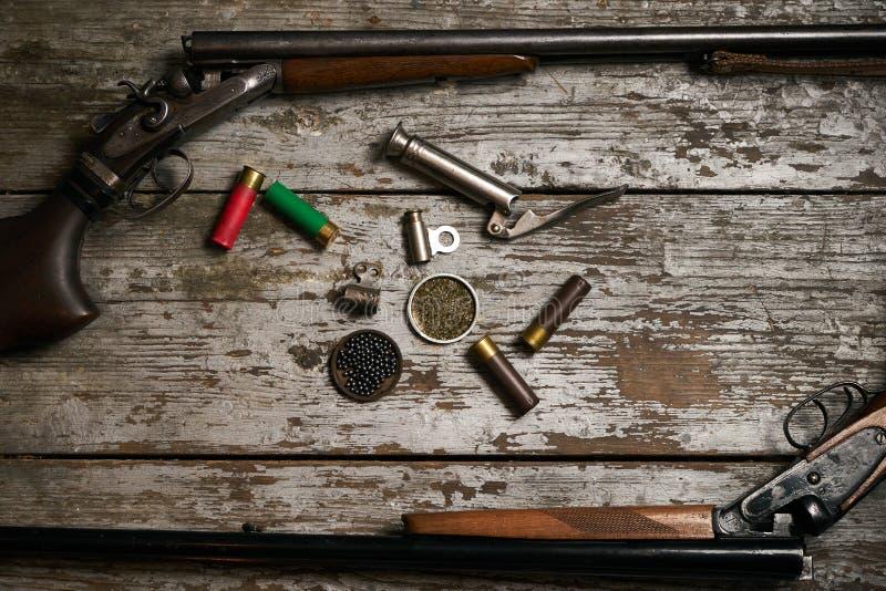 Escopeta, cazando cartuchos con pólvora foto de archivo libre de regalías