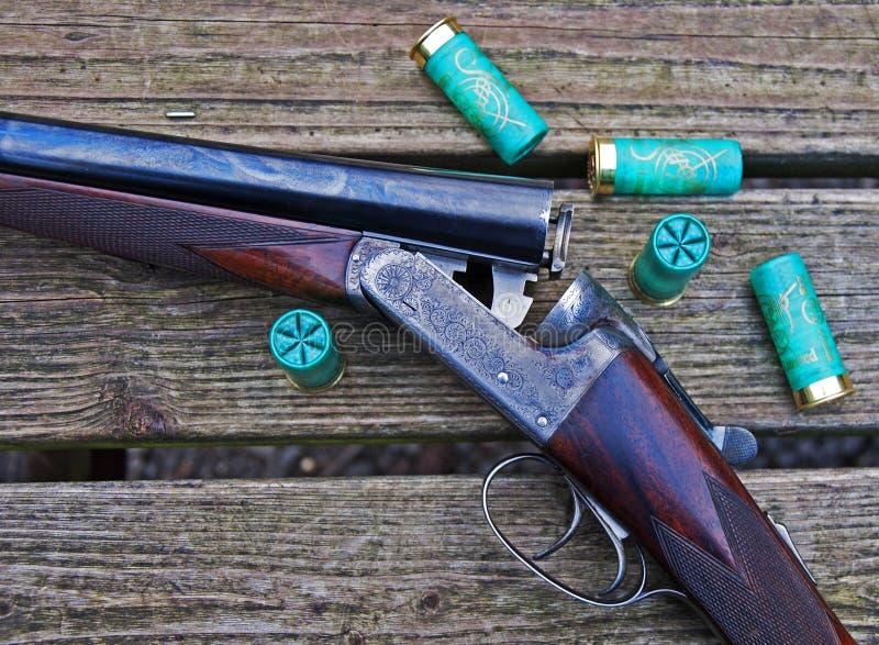 Escopeta y shelles fotografía de archivo