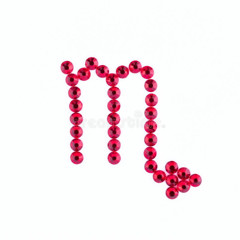 escorpión Muestra del zodiaco de diamantes artificiales rojos en un backgr blanco fotografía de archivo