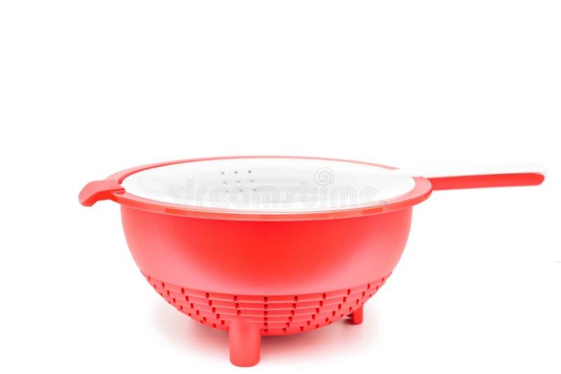 Escorredor plástico vermelho isolado no fundo branco imagem de stock