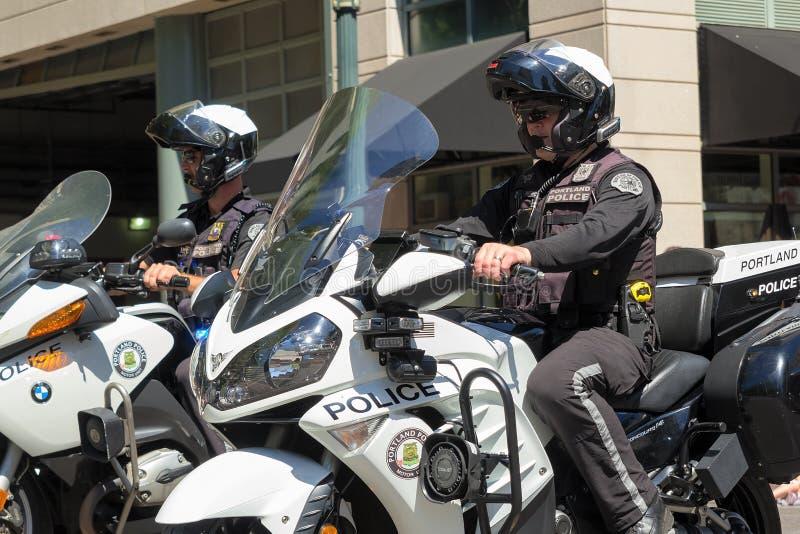 Escortes policières de Portland au défilé floral grand Clos de Portland photo libre de droits