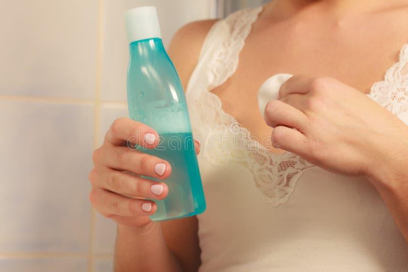 Escote de la limpieza de la mujer con el cojín de la esponja de algodón fotos de archivo