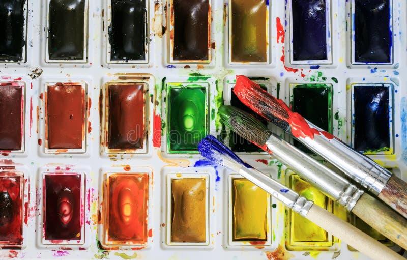 a escova coberta na pintura que encontra-se em um grupo de wate fotos de stock