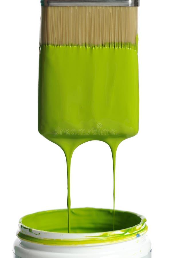 Escova com o gotejamento verde da pintura imagens de stock