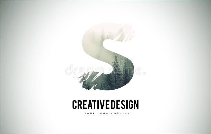 Escova da letra de S com Forest Fog Texture Forest Trees Letter Logo ilustração stock