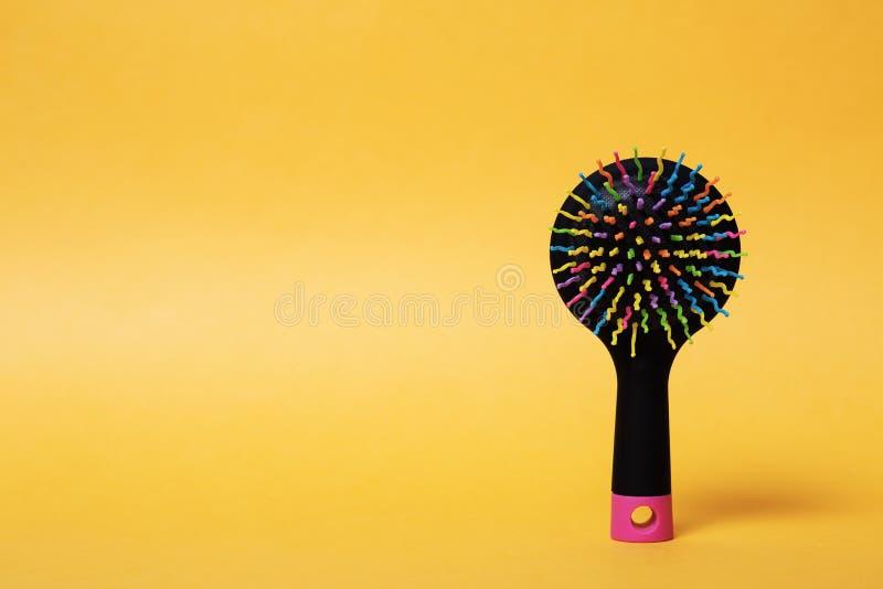 Escova de cabelo brilhante em um fundo brilhante imagens de stock