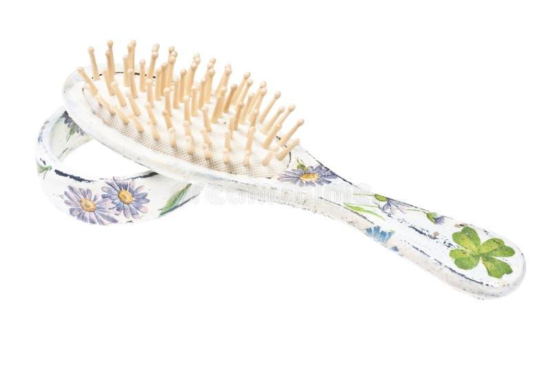 Escova de cabelo e bracelete de madeira fotos de stock royalty free