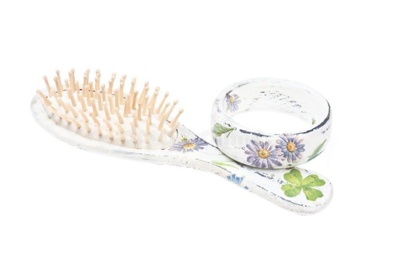 Escova de cabelo e bracelete de madeira imagem de stock royalty free