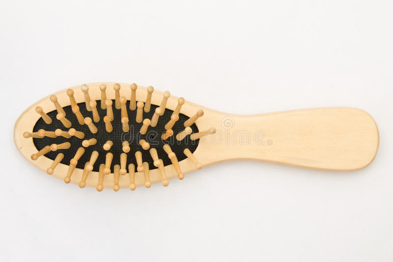 Escova de cabelo de madeira no fundo branco fotos de stock