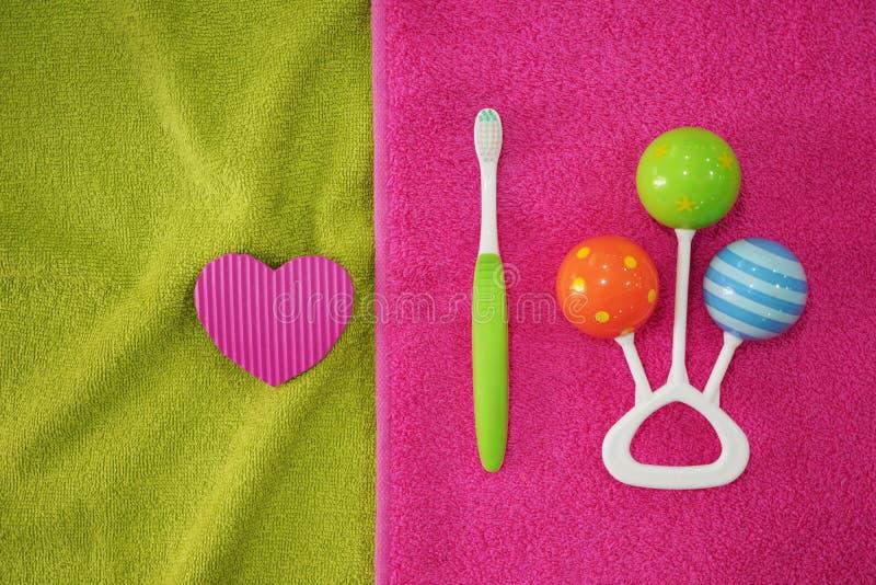 Escova de dentes com chocalho na toalha macia imagem de stock royalty free