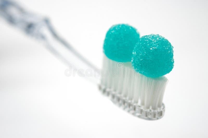 Escova de dentes com doces, conceito da sa?de e cuidados dent?rios e abuso insalubre do a??car fotografia de stock