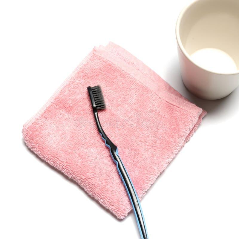 Escova de dentes e toalha com caneca foto de stock royalty free