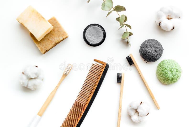 Escova de dentes de Eco e dent?frico de bambu amig?veis do carbono, pente, sab?o org?nico na opini?o superior do fundo branco fotos de stock royalty free