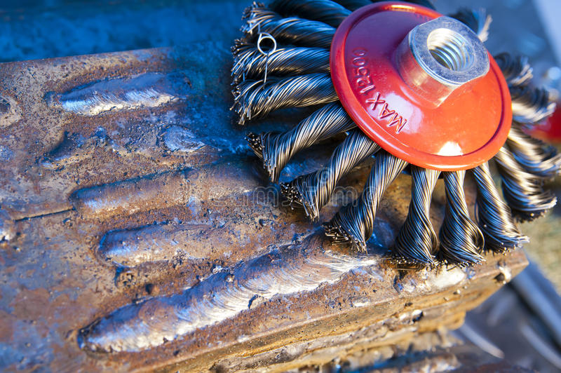 Escova de fio para a limpeza mecânica do metal imagem de stock royalty free