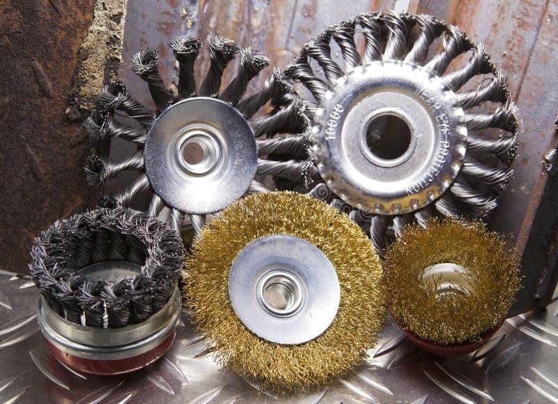 Escova de fio para a limpeza mecânica do metal imagens de stock
