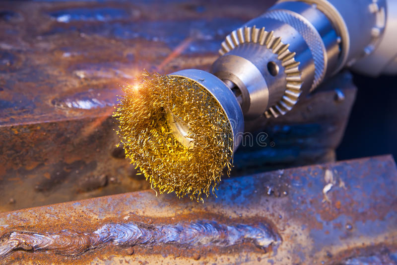 Escova de fio para a limpeza mecânica do metal imagem de stock